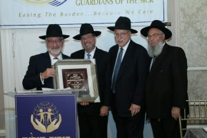 Mr. Arnie Kalish being presented with the Tomech Torah Award